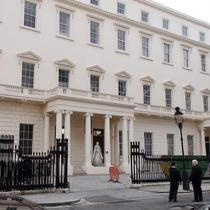 Queen Victoria statue - Carlton House Terrace