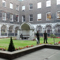 London Bridge alcove & Keats statue at Guy's Hospital