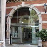 Entrance to the Henriette Raphael building